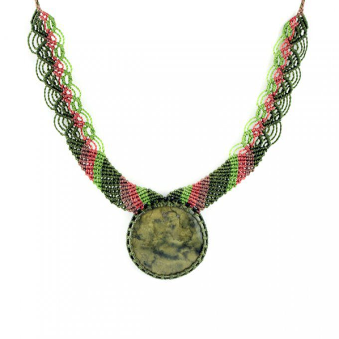 Collier pierre naturelle serpentine et tressage macramé